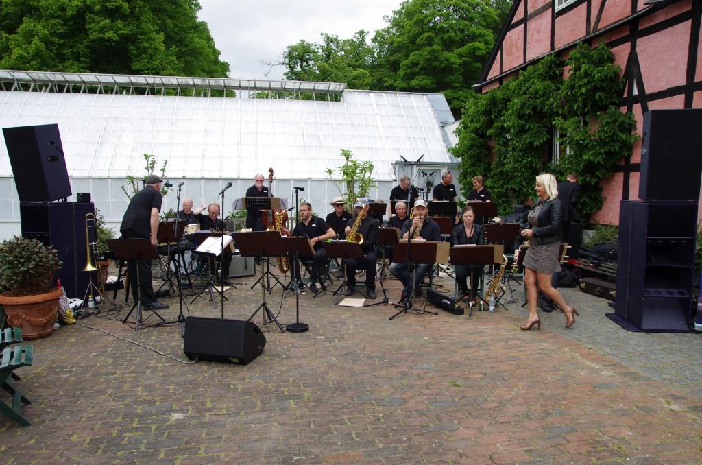 Vejret holdt, kun få regndråber på noder, instrumenter og musikere. Godt publikum og gode lydfolk. Vi kommer gerne igen.